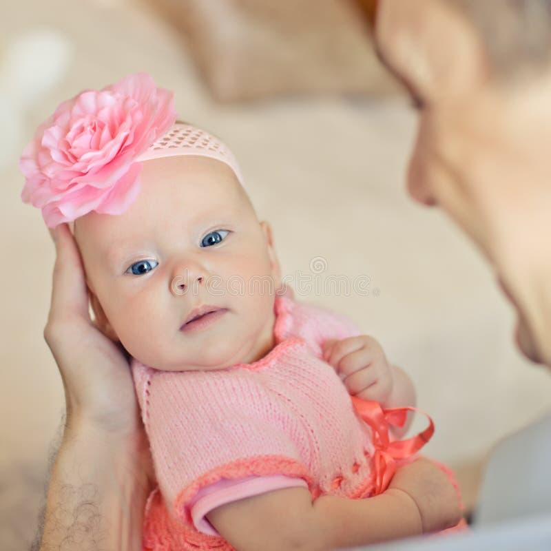 穿桃红色编织的礼服的小女婴 免版税图库摄影