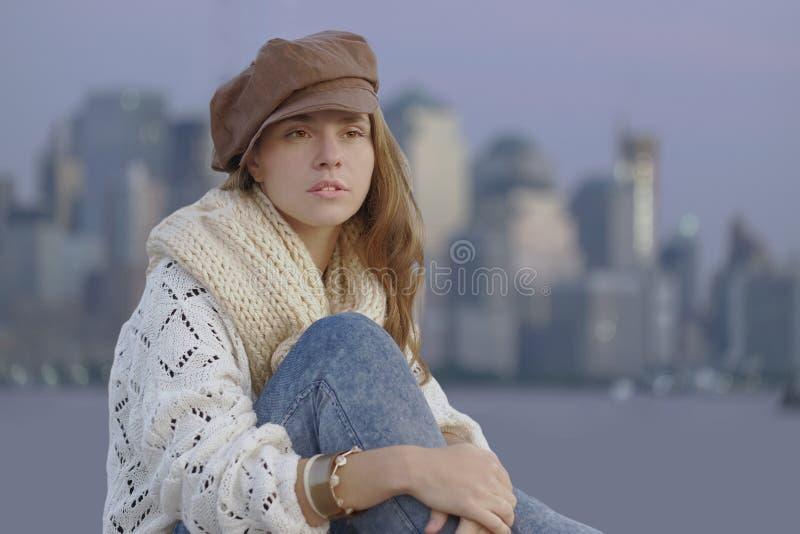 穿棕色平顶帽的少妇 免版税库存图片