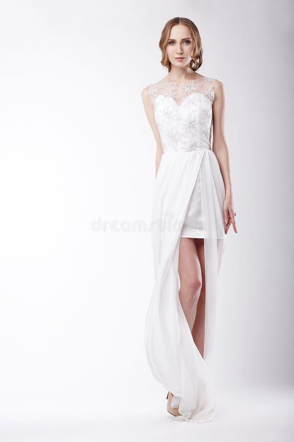 穿欢乐礼服的美丽的少妇 免版税库存照片