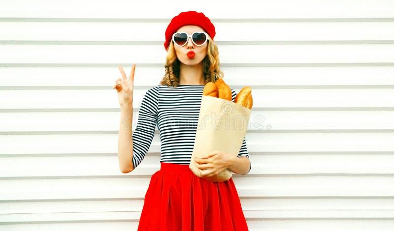 穿法国红色贝雷帽的画象俏丽的凉快的女孩拿着纸 库存照片