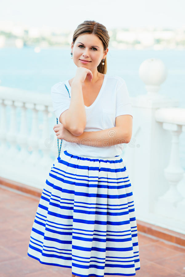 穿流行的服装的美丽的妇女 库存照片