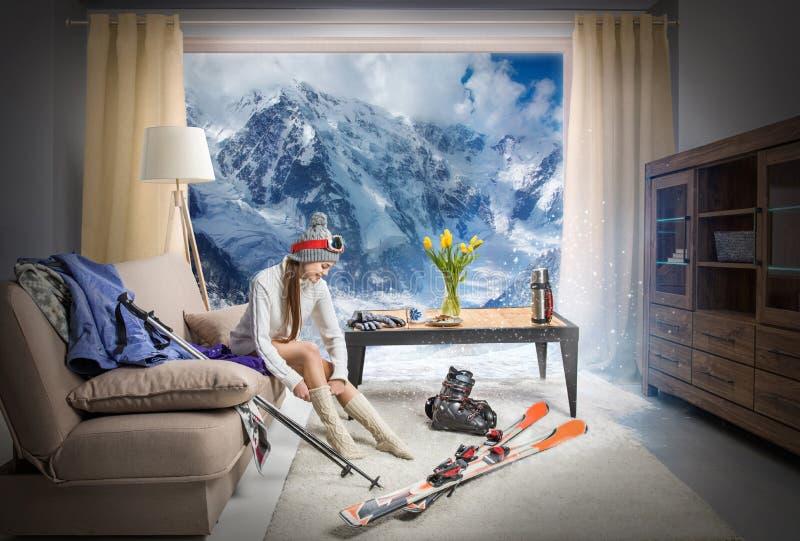 穿温暖的袜子和作梦关于多雪的山,滑雪设备说谎的年轻滑雪者 库存照片