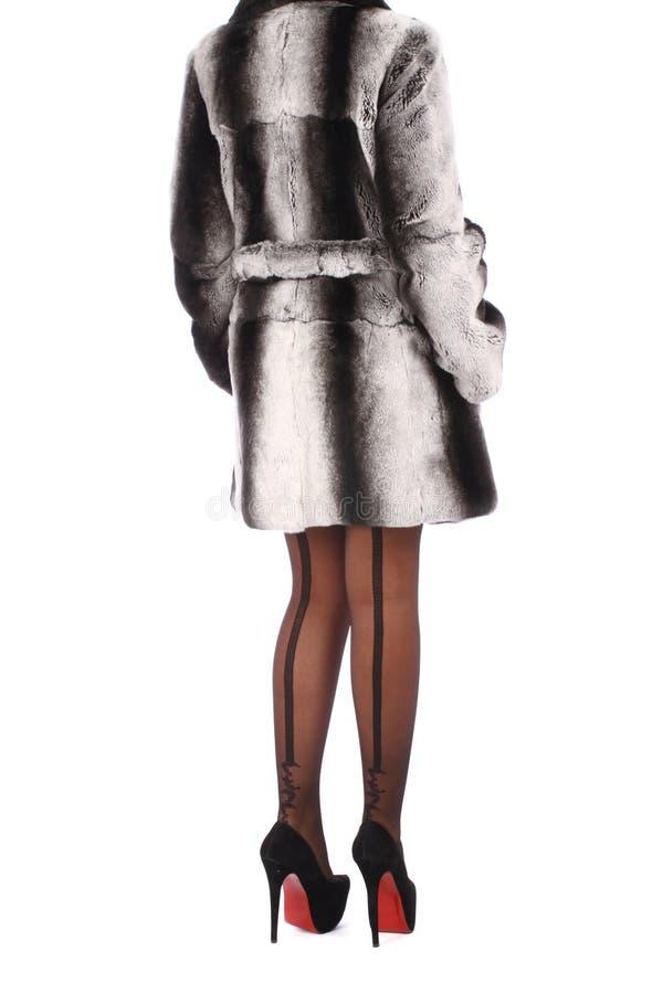 穿灰色皮大衣的妇女 免版税库存图片
