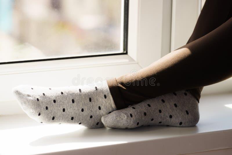 穿灰色被加点的袜子的妇女 免版税库存照片