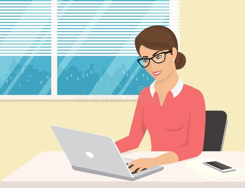 穿玫瑰色衬衣的女商人坐在办公室和与膝上型计算机一起使用 向量例证