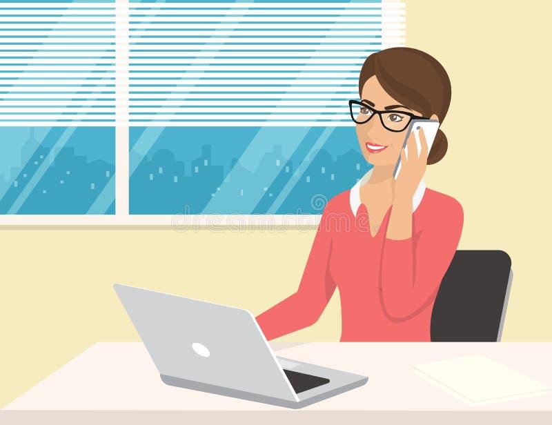 穿玫瑰色衬衣的女商人坐在办公室和谈话由手机 皇族释放例证