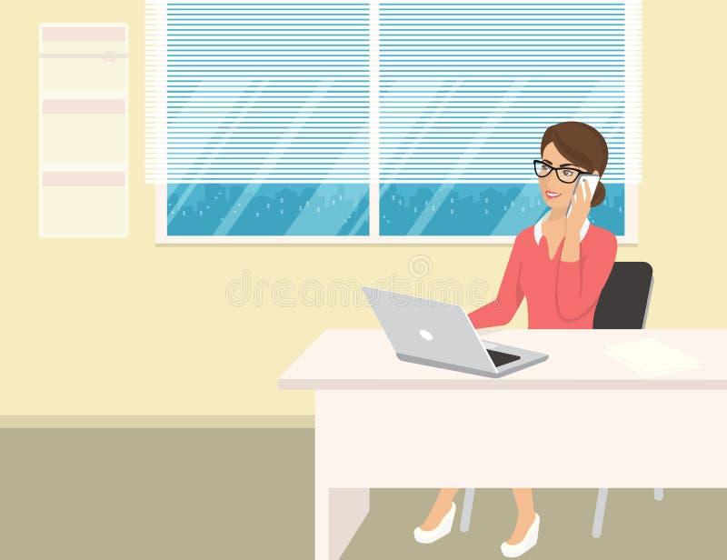 穿玫瑰色衬衣的女商人坐在办公室和谈话由手机 库存例证