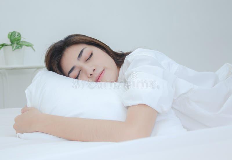 穿白色睡衣的妇女休息 免版税库存照片