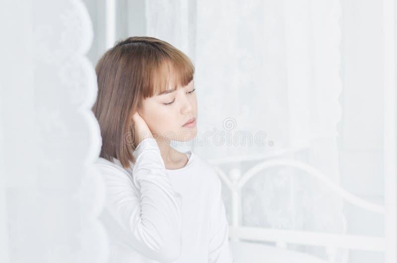 穿白色衬衫的妇女醒了 免版税库存照片
