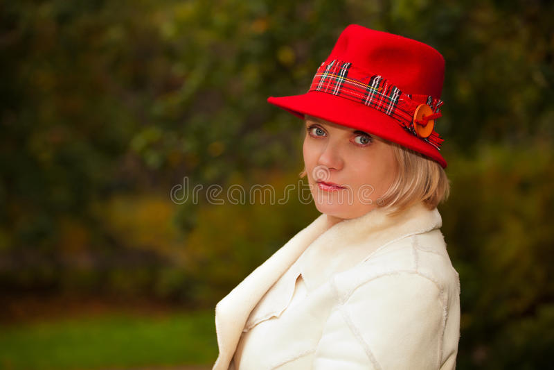 穿着减速火箭的呢帽的成熟妇女 免版税图库摄影