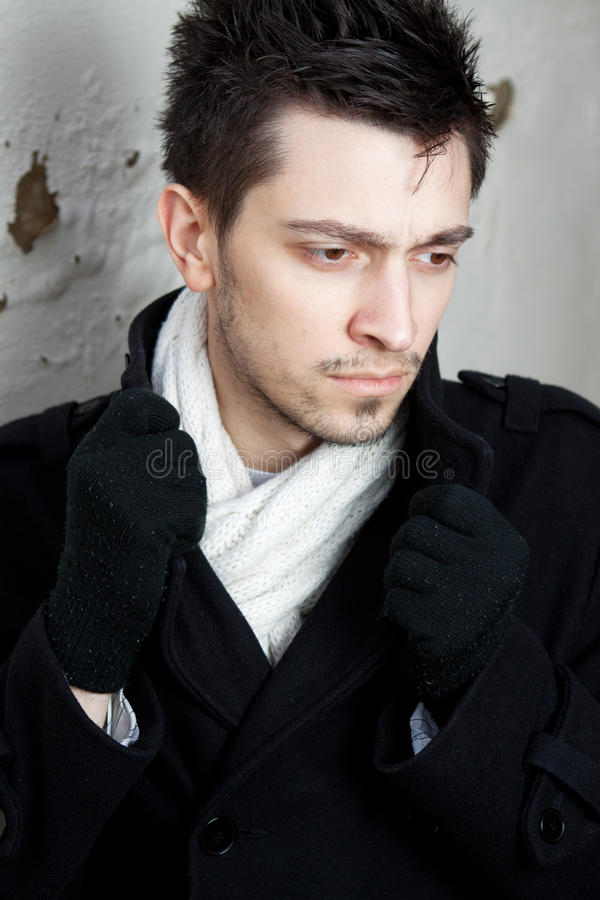 穿着围巾的英俊的年轻人 图库摄影