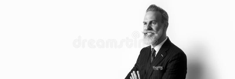 穿着在空的白色背景的有胡子的可爱的绅士画象时髦衣服 复制浆糊文本空间 宽 库存图片