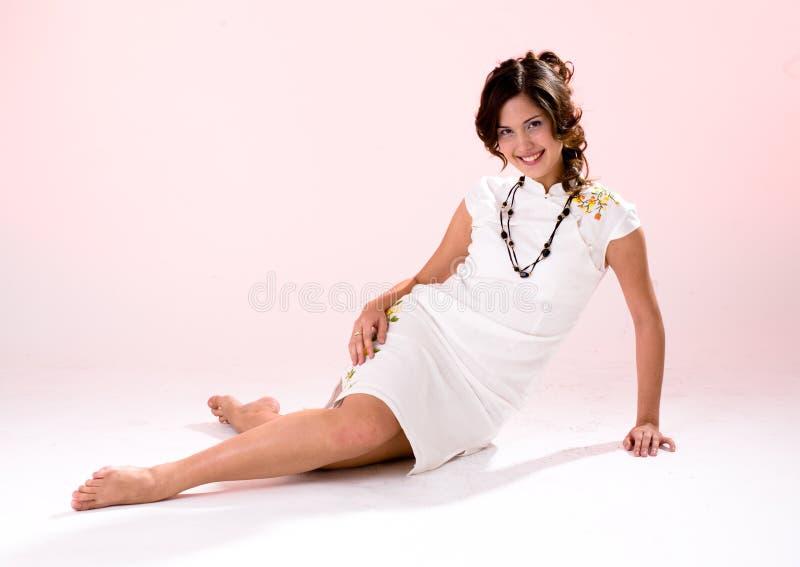 穿着异性服装女孩行程白色