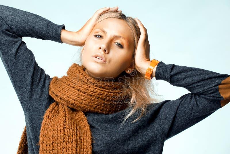 穿着橙色围巾的妇女。 工作室照片射击 免版税库存图片