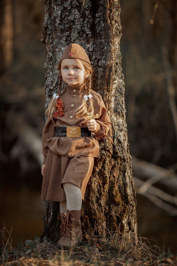 穿着苏联军装的小女孩肖像 图库摄影