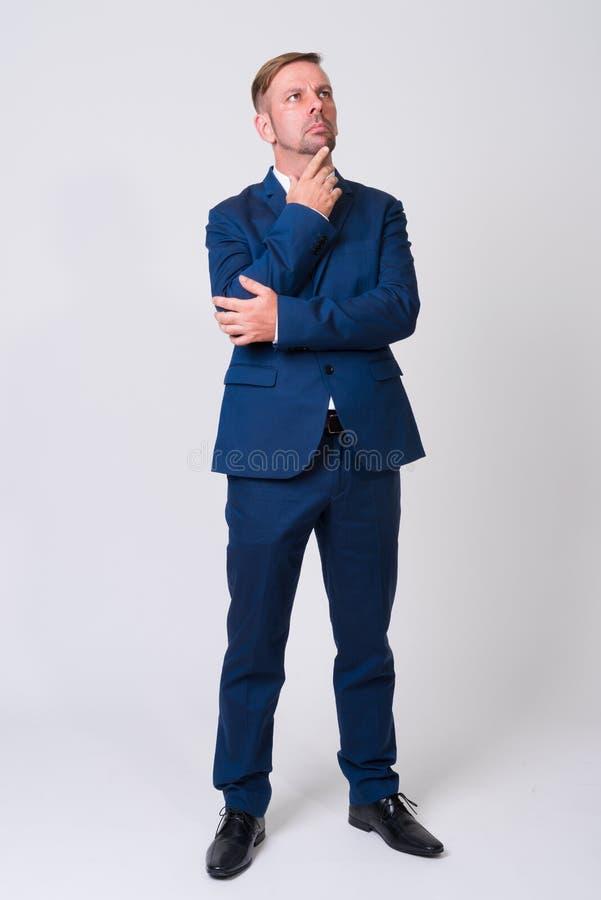 穿着蓝色衣服的白肤金发的商人充分的身体射击 免版税库存照片