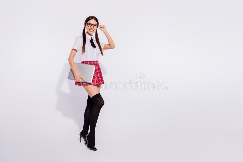 穿着被检查的裙子的全长身体尺寸观点的好可爱的可爱的迷人的惊人的快乐的爽快女孩 库存照片