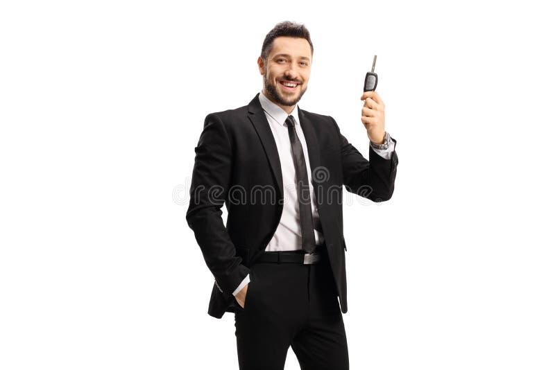穿着黑色西装的快乐男人拿着车钥匙 库存图片