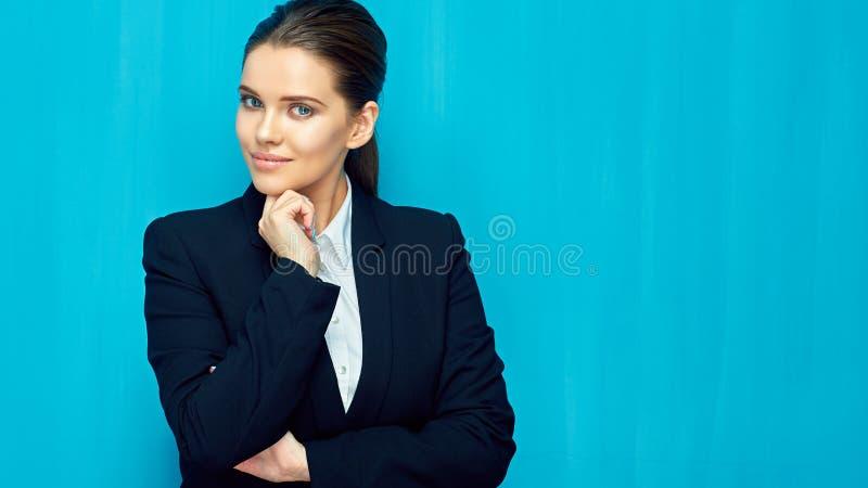 穿着黑衣服的年轻确信的女实业家画象  免版税库存图片