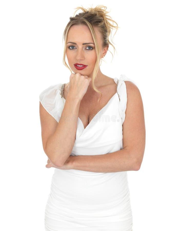 穿短的白色礼服的性感的有关少妇 免版税库存照片