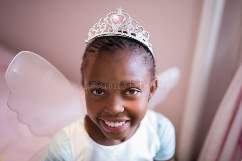 穿神仙的服装的微笑的女孩画象 免版税库存照片