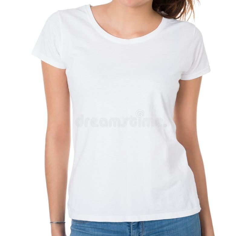 穿空白的白色T恤杉的妇女的中央部位 免版税库存图片