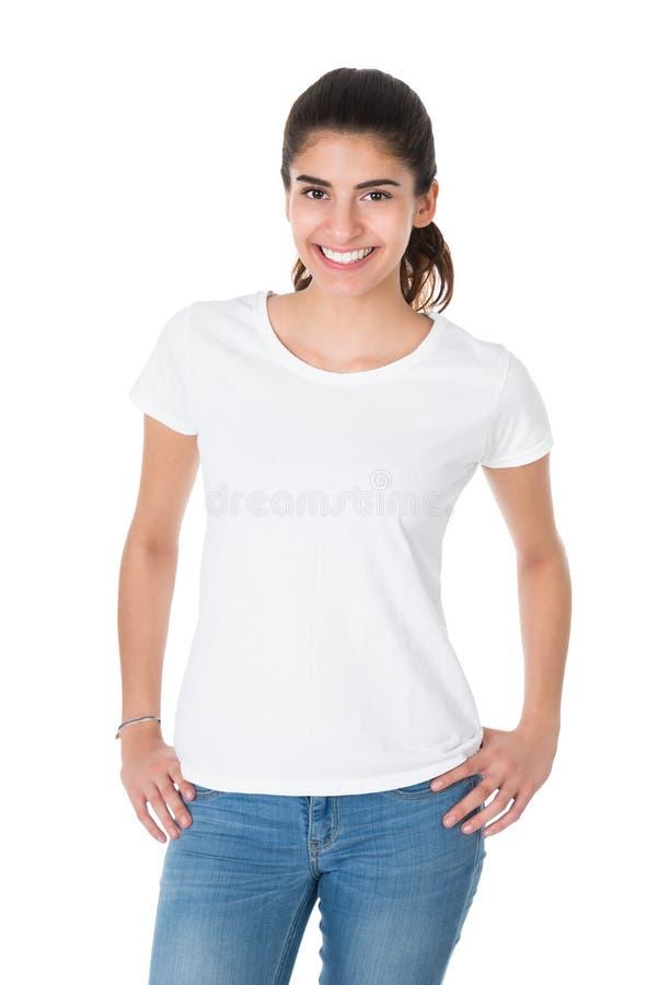 穿空白的白色T恤杉的美丽的少妇 免版税图库摄影