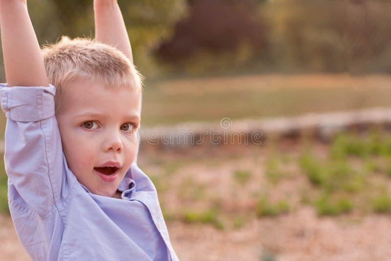 穿精密紫色衬衣的小孩男孩使用在a 库存照片