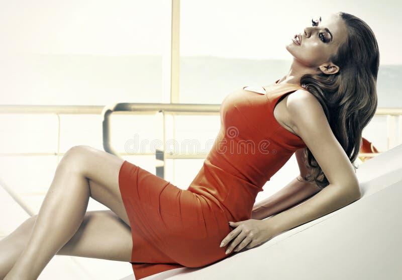 穿红色礼服的肉欲的妇女 免版税库存图片
