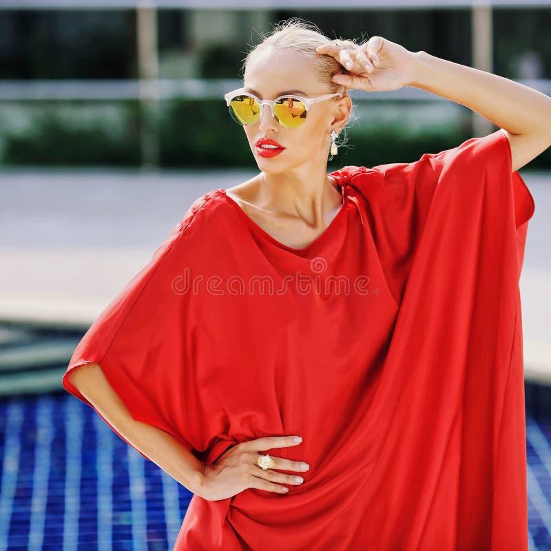 穿红裙露天秀美少女的时尚肖像 图库摄影