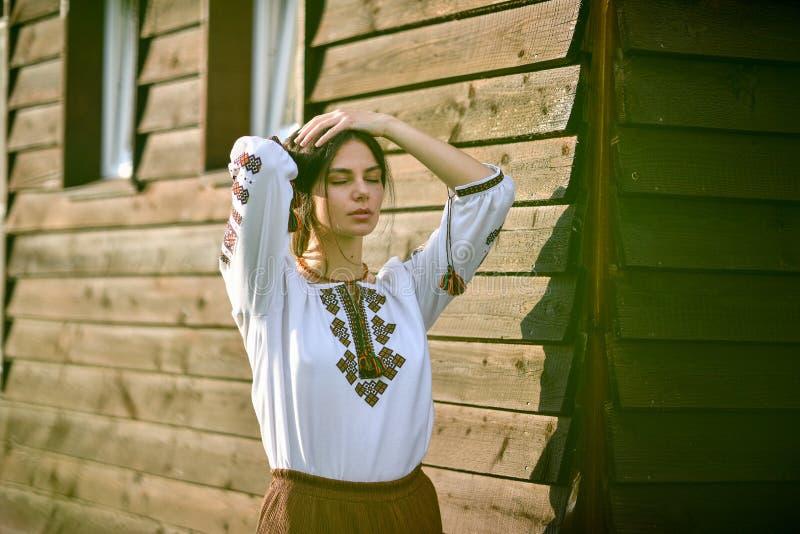 穿罗马尼亚女衬衫的秀丽叫ie 免版税库存图片