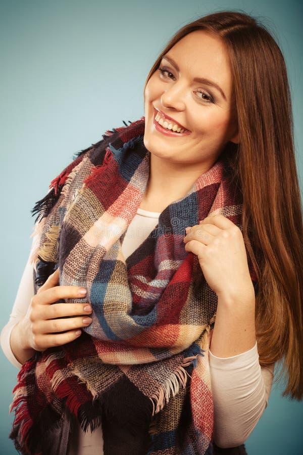穿羊毛被检查的围巾温暖的秋天衣物的妇女 免版税库存照片