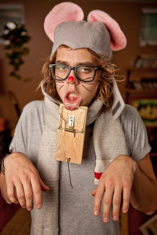 穿老鼠服装的人得到设陷井 库存图片