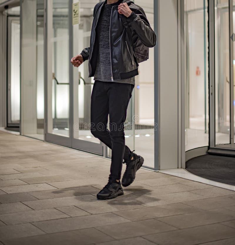 穿耐克华拉奇跑超级鞋的男青年 免版税库存图片