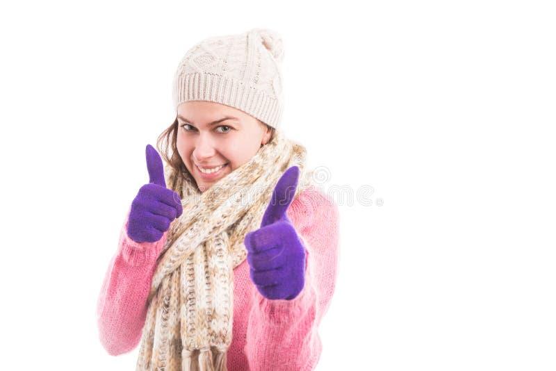穿舒适被编织的衣裳的少妇显示双喜欢 免版税库存图片