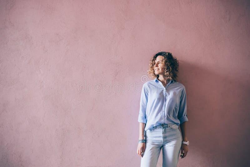 穿蓝色偶然服装的愉快的年轻女人 免版税图库摄影