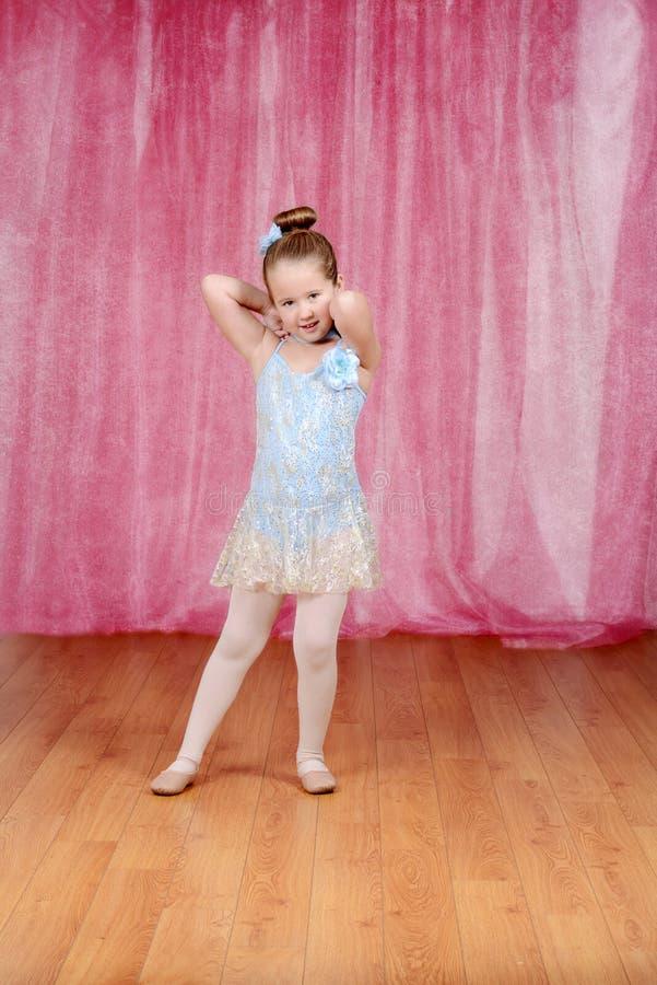 穿蓝色芭蕾舞短裙的小芭蕾舞女演员女孩 免版税图库摄影