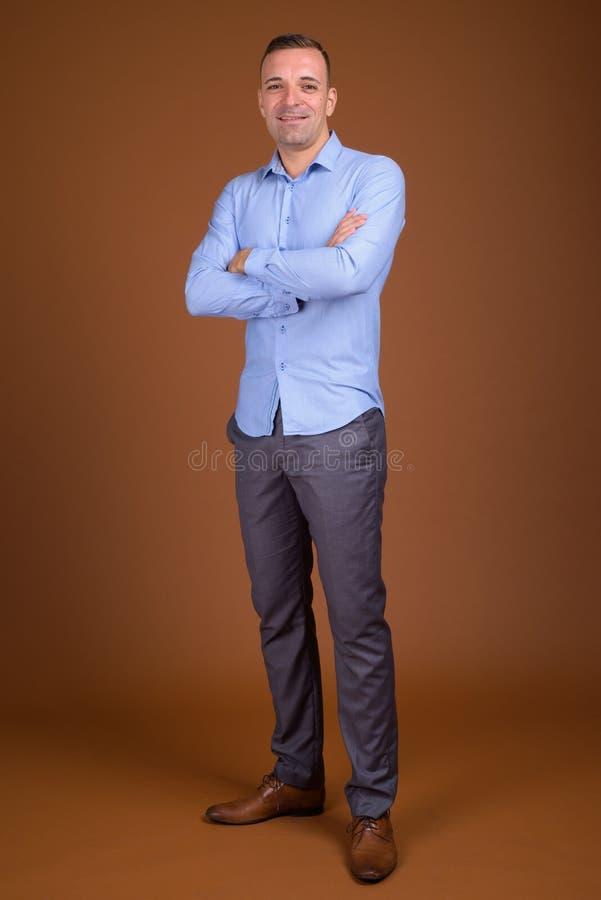 穿蓝色衬衣的商人全长射击 库存图片