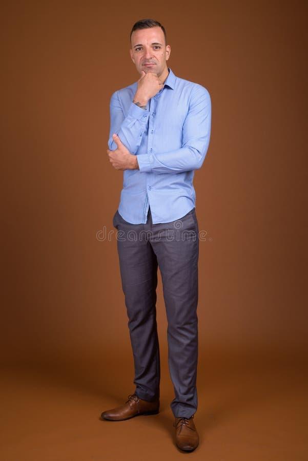 穿蓝色衬衣的商人全长射击 图库摄影
