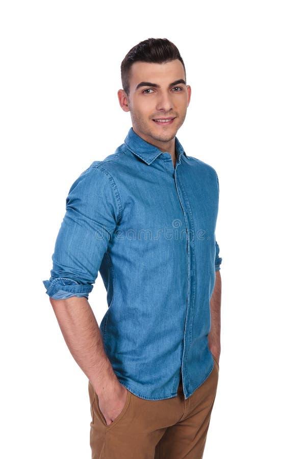 穿蓝色衬衣的轻松的帅哥画象 免版税库存照片