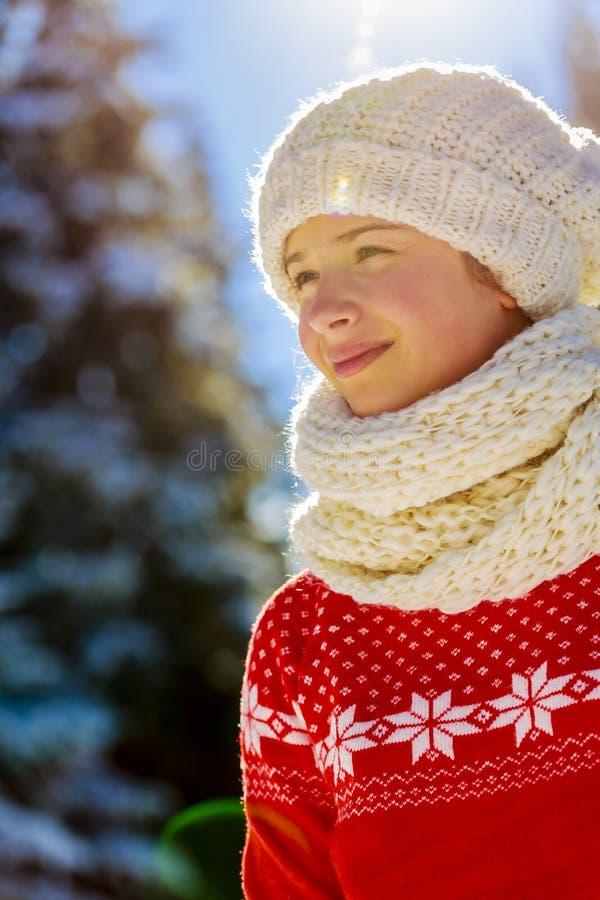穿被编织的穿戴围巾的愉快的冬天女孩 库存图片