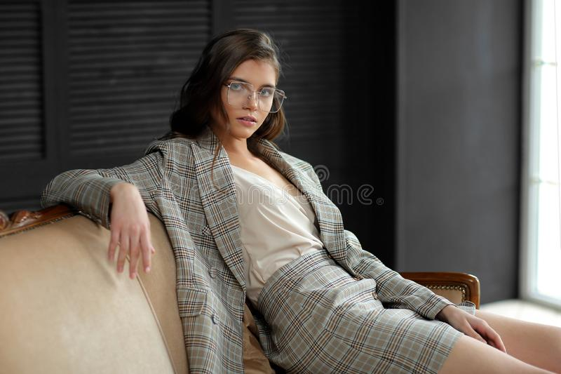 穿西装的漂亮年轻时尚模特 图库摄影