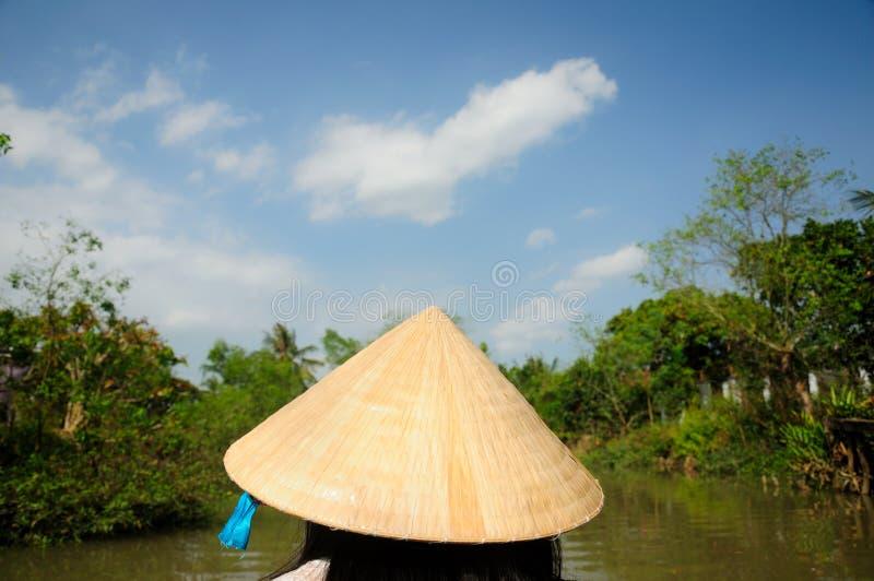 穿越南草帽的妇女 图库摄影