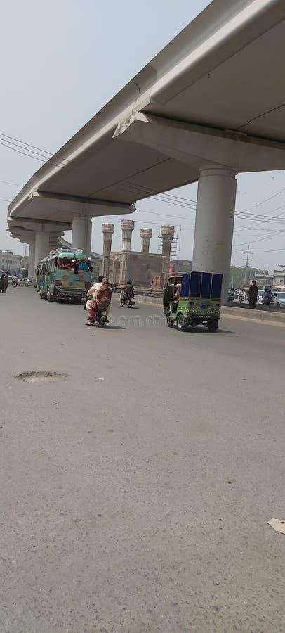 穿越Chouburgi Chowk巴基斯坦拉合尔的橙色铁轨 免版税库存照片