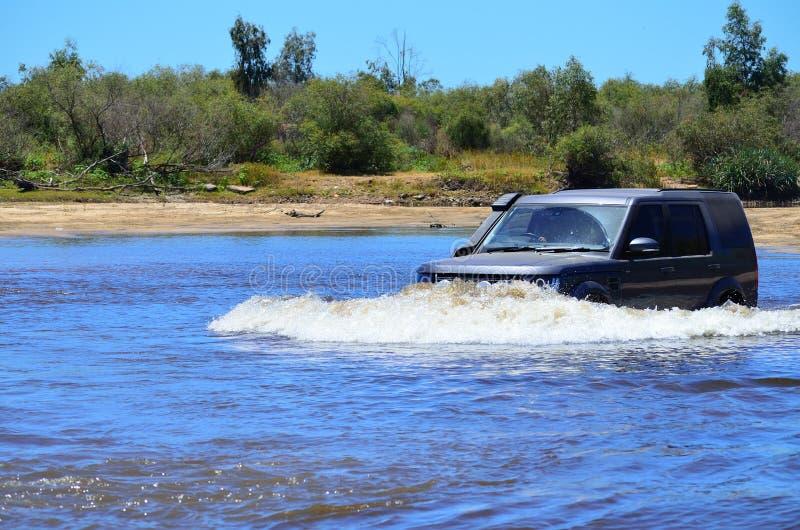 穿过一条河的4x4在非洲 免版税库存照片