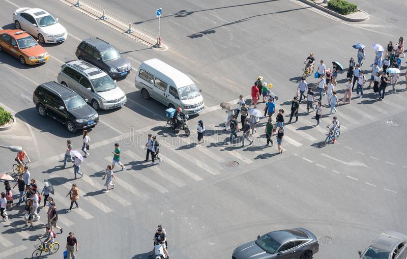 穿过一条高交通大道的人在北京,中国 库存照片