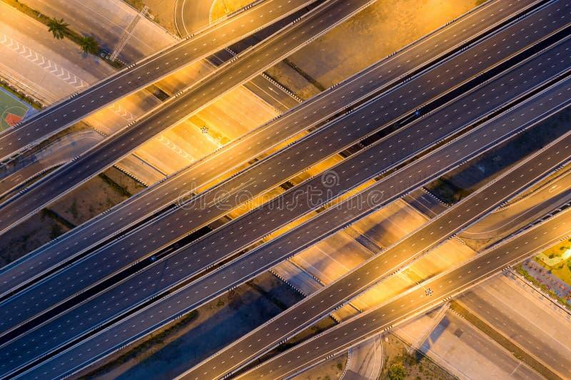 穿过多个方向的现代城市的多重高的高速公路连接点高速公路空中照片  免版税库存图片