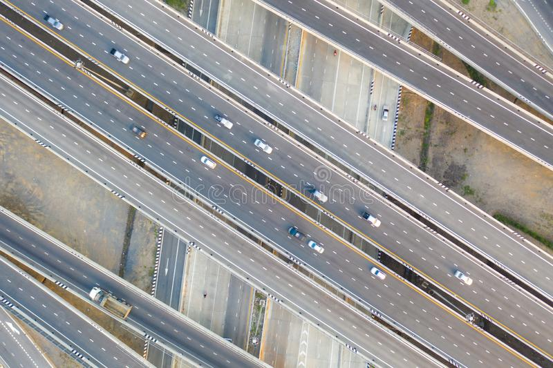 穿过多个方向的现代城市的多重高的高速公路连接点高速公路空中照片  免版税图库摄影