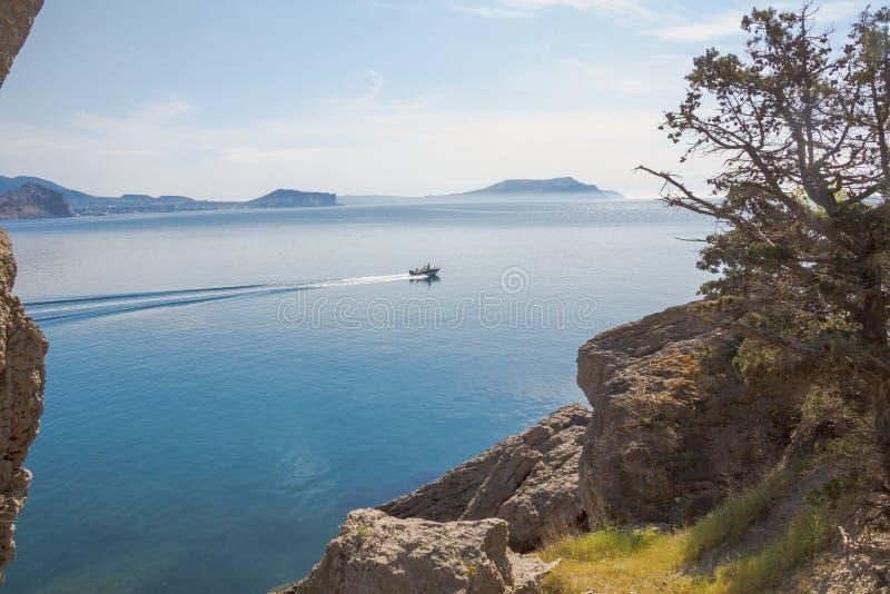 穿过它的海湾和汽艇的看法从迁徙的山 免版税库存图片