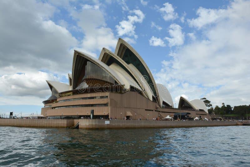 从穿过河的小船的悉尼歌剧院视图 库存照片
